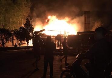 Cháy lớn tại cây xăng, nhiều người hoảng loạn