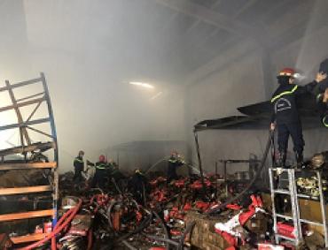Chữa cháy tại Công ty kinh doanh phụ tùng xe máy Minh Giai, quận Tân Phú
